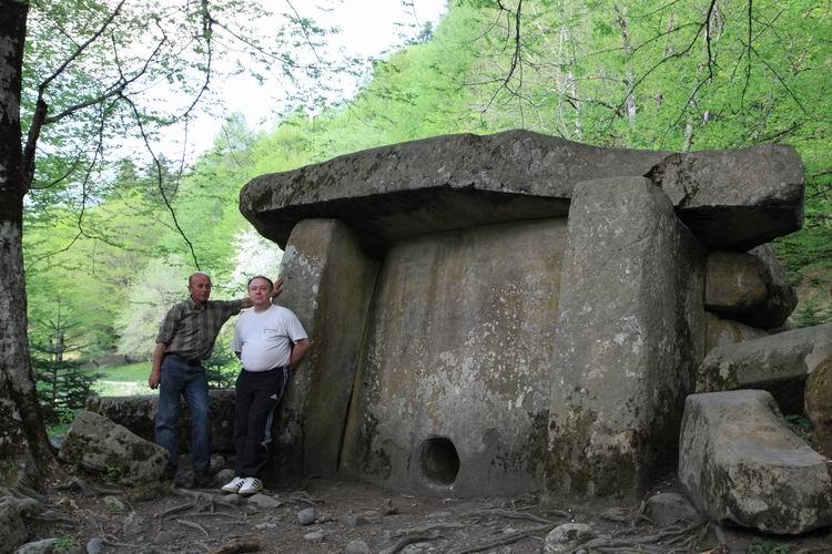 Мегалиты. Дольмен в Гузерипле фото от СВ-Астур, самый большой дольмен на Кавказе