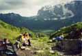 Туристы маршрута 30 на покорённом Армянском перевале, любуются видом на Фишт, Белореченский перевал и гору Мраморная. Это четвёртый перевал маршрута. Внизу река Белая и две красных точки