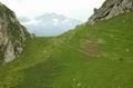 Инструкторский перевал, надальнем фоне заснеженные горы - справа на тропе Группа Знаменитой Тридцатки