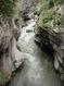 При глубине каньона до 20 метров его длина составляет 350-400 метров. И на всем его протяжении река грохочет и бурлит, с бешеной энергией штурмуя седые стены ущелья.