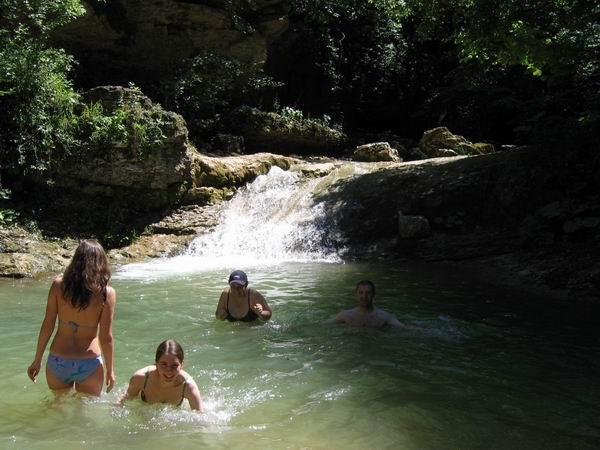 Купание у водопада, фото от