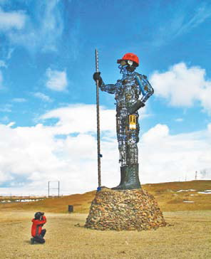 Монголия. Монумент из изделий металлургического комбината города Дархана