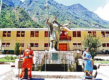 Группа из 3-х скульптур в одном из перуанских городков, посвящённая последнему правителю инков