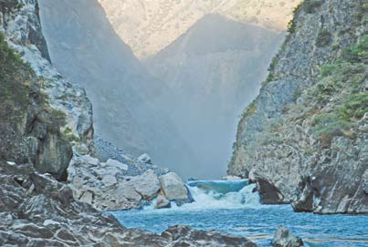 Китай, река в Китае. Над водопадом Артобстрел