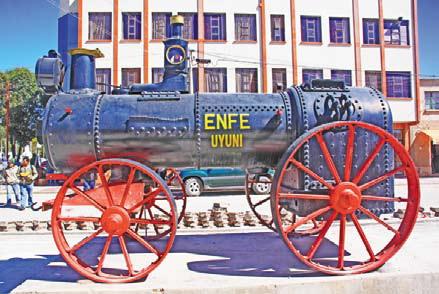 Боливия. Памятник паровозу у вокзала в Уюни