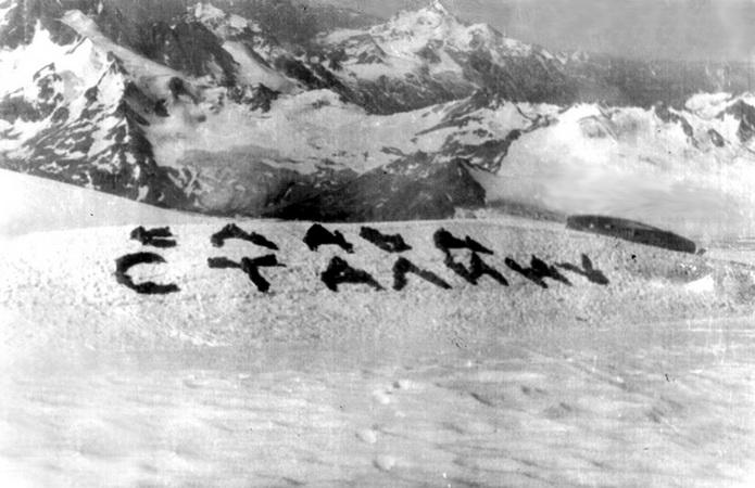История альпинизма. Своими телами на снегу в высокогорье альпинисты выложили приветствие Великому Вождю. Вот такие были времена...