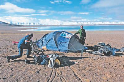 Лагерь у озера на водоразделе рек Музлук и Улугхэ (высота 4800 м)