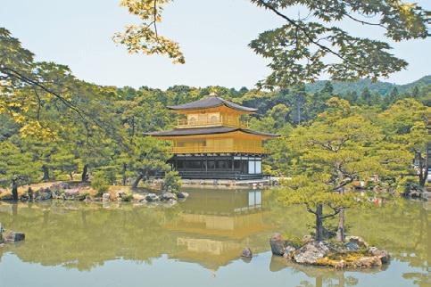 Япония, Киото. Пейзаж в японском стиле («Золотой павильон» в Киото)