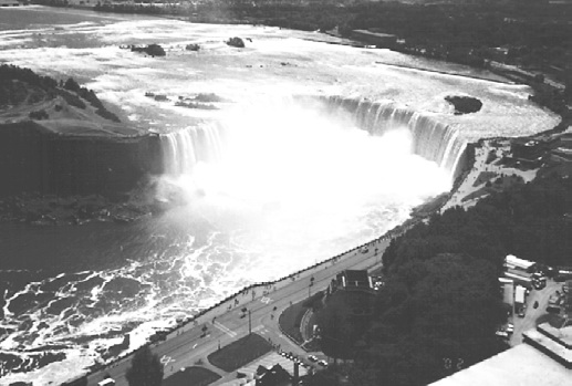 Канада. 800метровая «подкова» канадской части Ниагарского водопада. Высота падения воды 48 м
