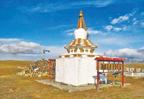 Монголия. Буддийская ступа на возвышенности у посёлка Хутуле