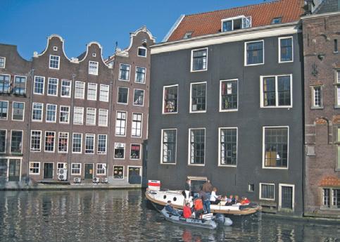 Местами каналы Амстердама напоминают Венецию