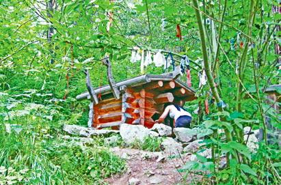 Кавказ. Местные жительницы верят в чудодейственные силы женского святилища (его также называют «Майрам»)