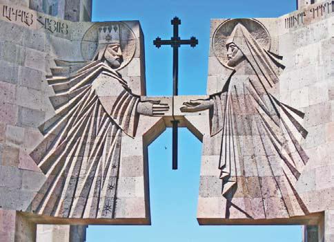 Армения. Барельефы на входе в резиденцию католикоса всех армян в Эчмиадзине. Слева – царь Трдат III, справа – Григорий Просветитель