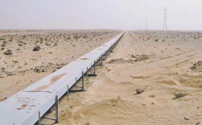 Пустыня Сахара. Одно из «чудес света»: гигантский 100-километ- ровый ленточный транспор- тёр мощностью 2000 тонн в час, который построил в 1970-х годах немецкий концерн «Крупп» для транспортировки фосфоритной руды от месторождения Бу-Краа в порт Эль Аюна. С тех пор транспортёр исправно работает, пока его периодически не взрывают повстанцы