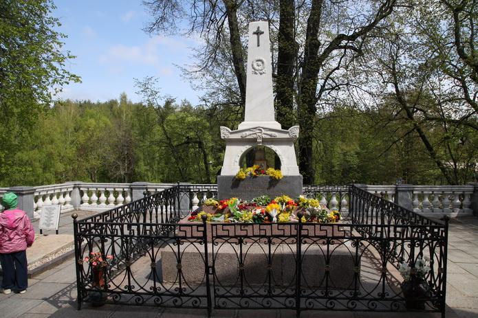 Могила Пушкина, памятник на могиле Пушкина