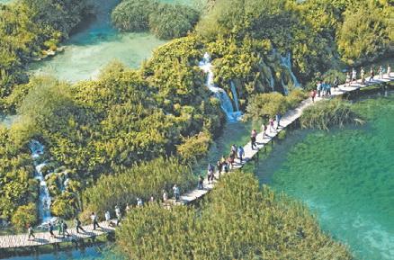 Туристы на Плитвицких озёрах (Хорватия)