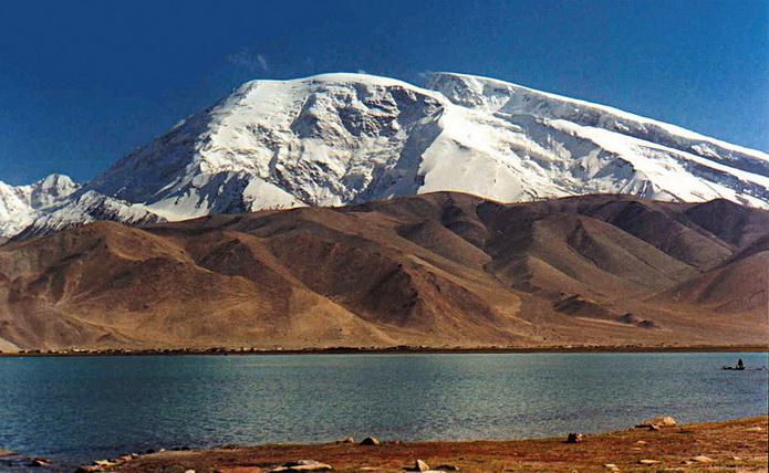 Горы Китая. Гора Музтаг-Ата возвышается над озером Каракуль