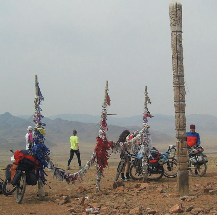 Обо (место почитания местных духов) в долине реки Камышты.