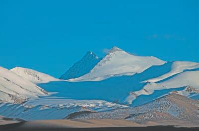 Гора Улуг-Музтаг. Слева восточная вершина (6973 м), справа западная (6925 м)