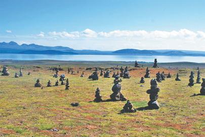 Исландия. Туры на берегу озера Тингваллаватон. По легенде, из них образуются тролли, которые приносят удачу создателям пирамидок
