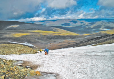 Полярный Урал. Спуск по снежнику в долину ручья Заячий