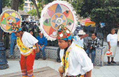 на улицах Тахина индейцы исполняют национальные танцы