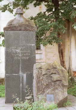 Памятник Альпинисту. Памятник М. Хергиани в Местии
