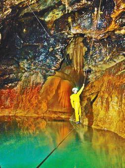 Спелеолог в пещере