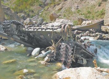 Таджикистан. Последствия гражданской войны: танк в речке под Тавильдарой