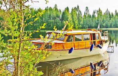 Финляндия. Катер на стоянке в тихой бухте