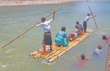 Фиджи. Основное транспортное средство на реках Фиджи – бамбуковые плоты