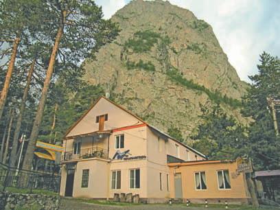 Цей. Главный корпус базы на фоне горы Монах