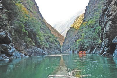 Китай - горная река в Китае. Над водопадом Артобстрел