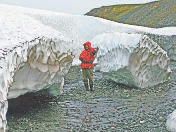 Новая Земля. Зимой метели в распадках рек и ручьёв наме- тают сугробы по несколько метров толщиной