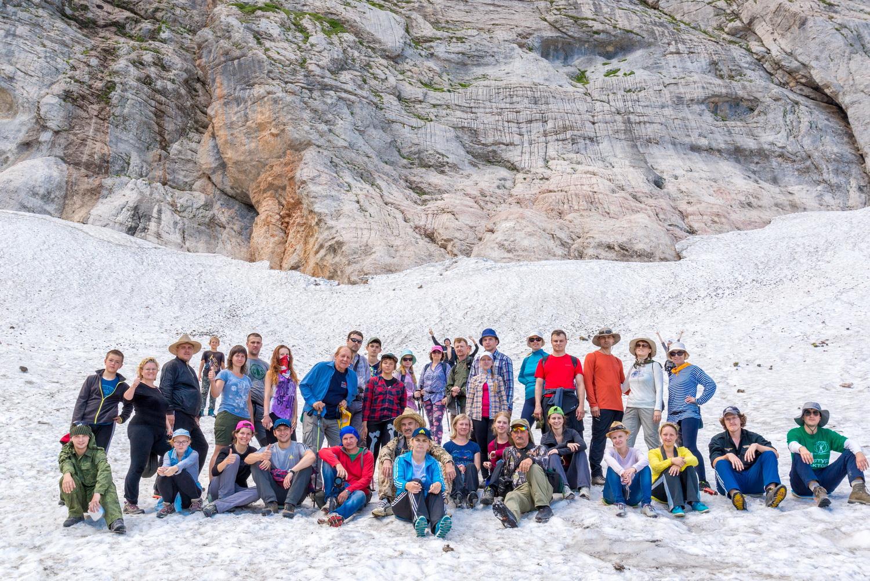 Малый ледник Фишта.Над ледником возвышается скала высотой несколько сот метров, с которой в бергшрунд ледника низвергается водопад. Под языком ледника имеется труднодоступная ледяная пещера.