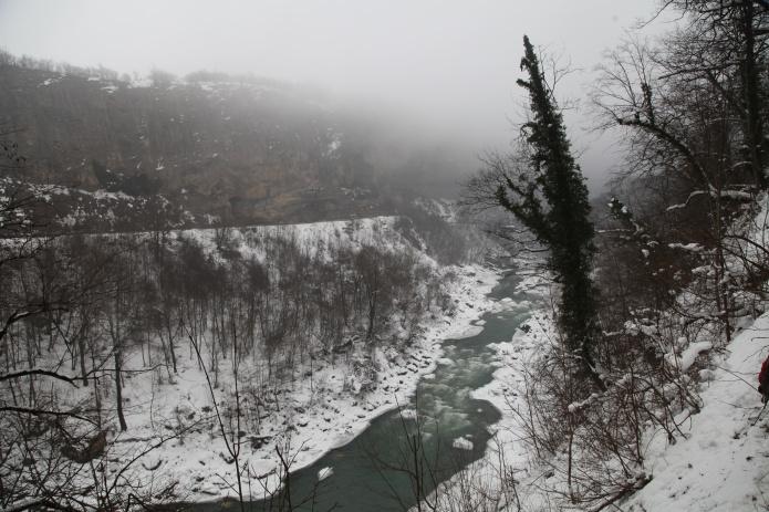 Зимний пейзаж фото от СВ-Астур. Красивый пейзаж зимой в горах с рекой на юге России