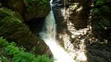"""<span style=""""line-height: 20px;"""">""""Многоступенчатый водопад скатывается в бездну, рассыпается на """"белокурые"""" косы, и чуть задержавшись на террасе, обдав путников плотным освежающим водным крошевом, обрывается в узкий и глубокий каньон. Здесь что ни шаг, то новая картина. Вот где мир романтиков, художников и поэтов"""".</span>"""