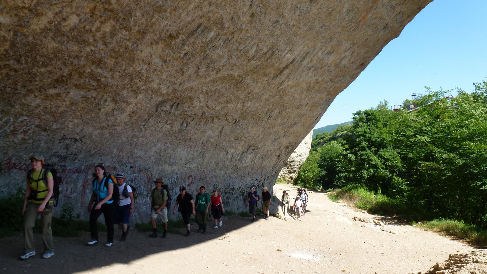 Фото похода в ущелье Руфабго. Хажох - это удивительное сочетание солнца, скалистых теснин с изумрудными водопадами, фантастическими пещерами. Хаджох очаровывает своим неповторимым разнообразием. Его величие и красота воспеты в эпосе.