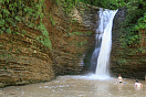 Девушки у водопады в Руфабго, фото Адыгеи