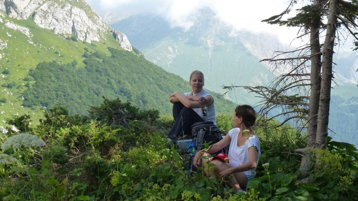 девушки на фоне природы красивых гор