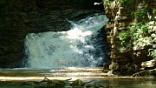 """<span style=""""line-height: 20px;"""">""""Насколько прекрасна вспененная и застывшая в воздухе вода, трудно описать: миллиарды искрящихся на солнце """"алмазов"""" застывшего водного крошева, словно ажурные белоснежные кружева, щедро усеянные драгоценностями. Дивная суровость водопадов, нарядно одетых природой в узорчатые</span><span style=""""line-height: 20px;"""">кружева, не оставляет ни кого равнодушным"""".</span>"""